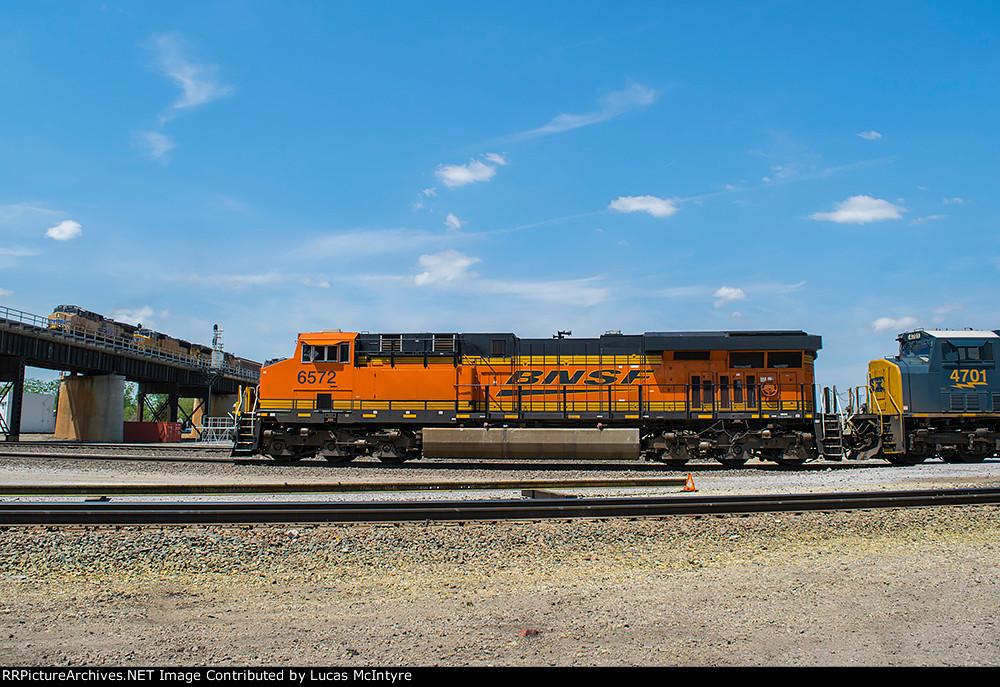 BNSF 6572 westbound BNSF manifest train