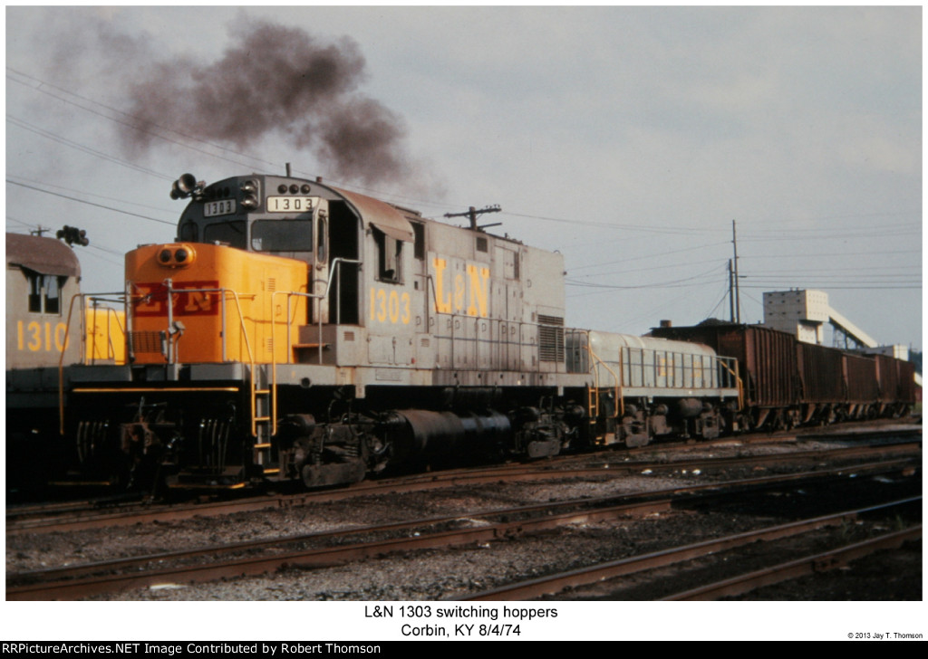 L&N 1303 switching hoppers