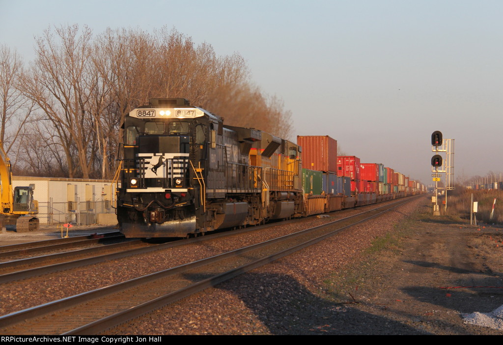 205 rolls west led by NS 8847 & 7266