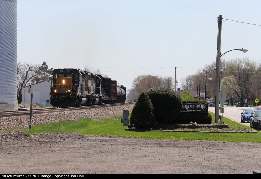 CSX 4079 leads Q588 northward into Grant Park