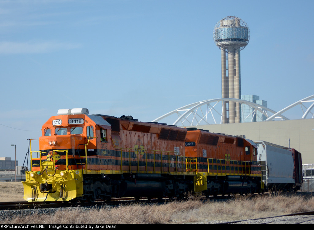 DGNO 3418 3417 pulls through the curve at Cadiz St. w/Reunion Tower in the background