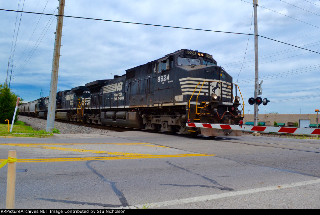 NS 8924 heads up a southbound full of grain loads at Wilson Bridge Rd. at Worthington, Ohio