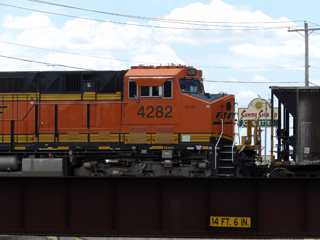 BNSF ES44C4 4282