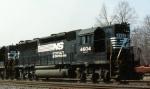 NS 4604 heads south on an intermodal train