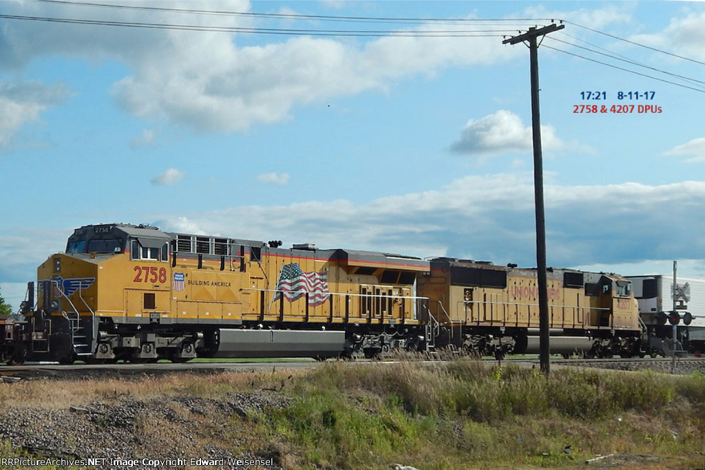 Mid-train intermodal dpu with 4207 Creeping out of Global III