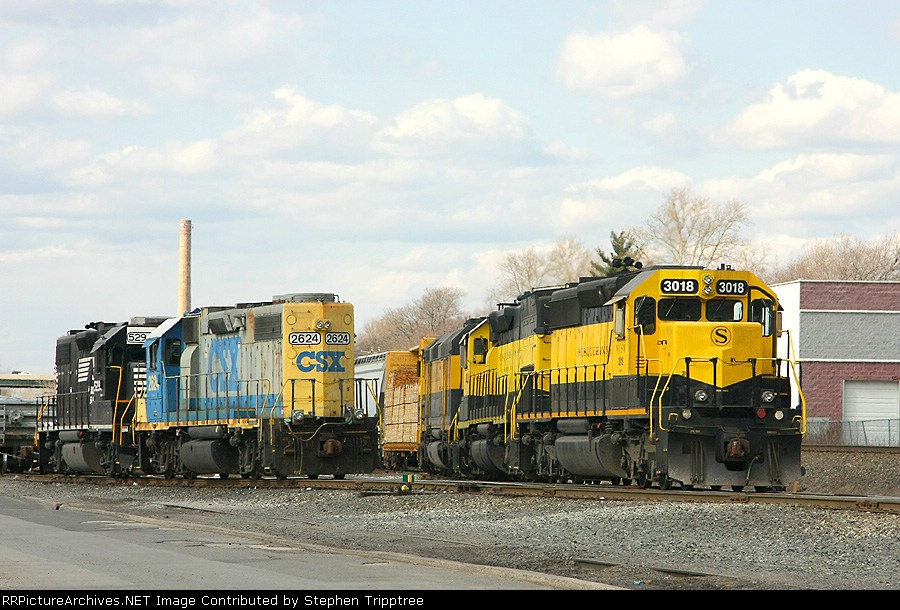 NYSW 3018 pulling a string of cars east