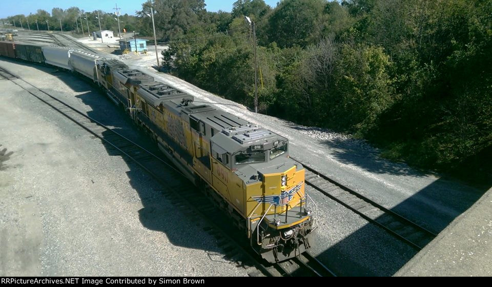 UP 8911 and UP 8861 Push a good mixed freight into an empty track
