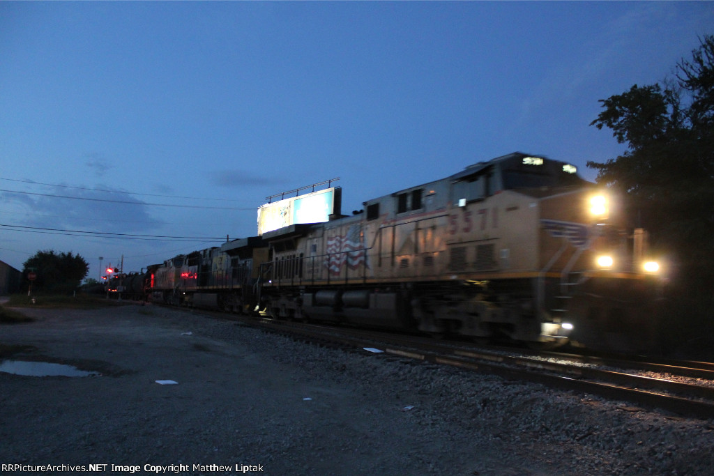 UP 5571 leading a southbound manifest through Gribble Siding.