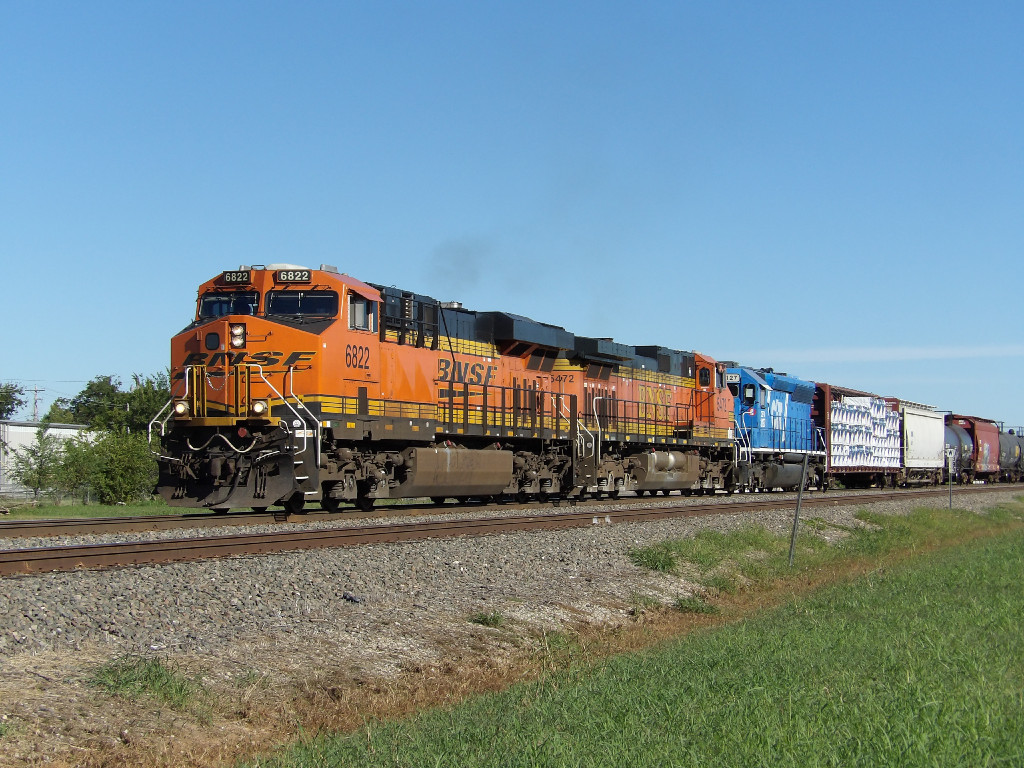 BNSF ES44C4 6822