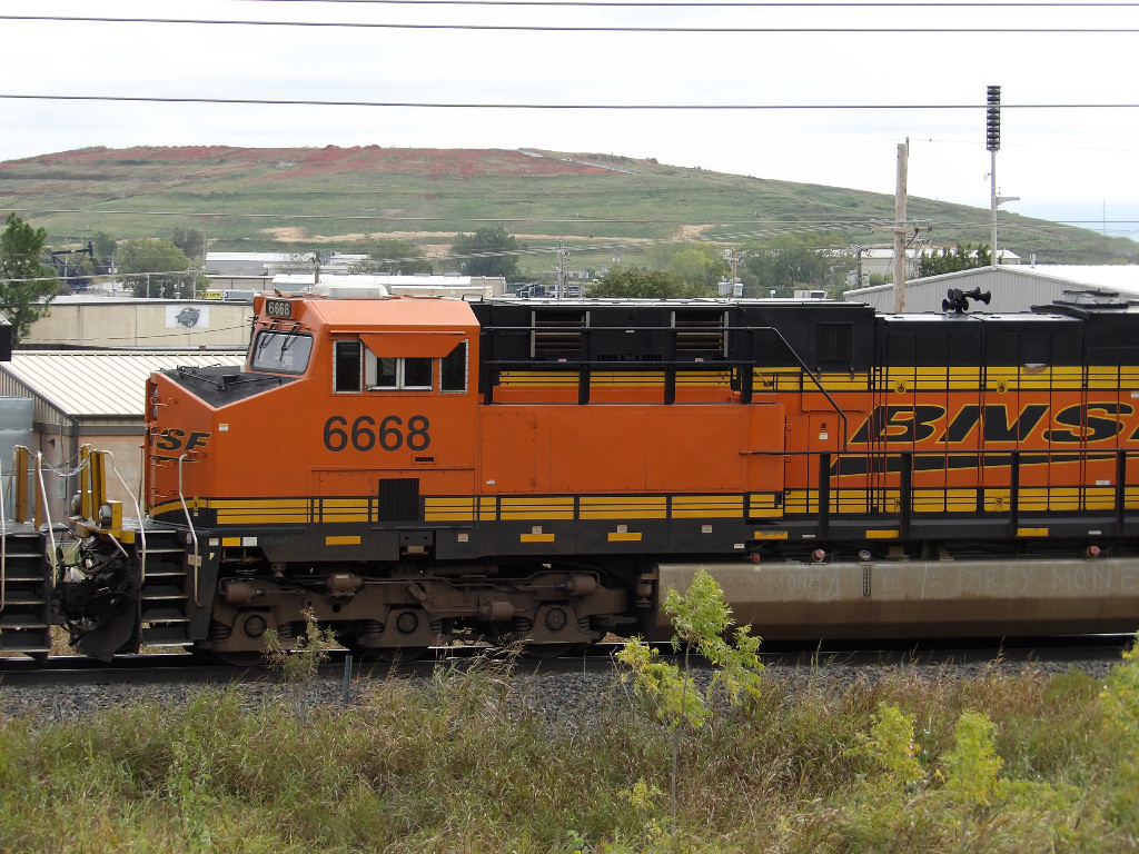 BNSF ES44C4 6668