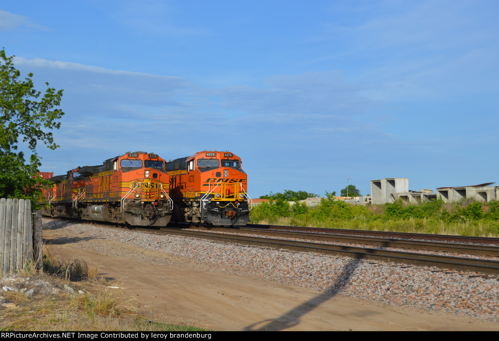 BNSF 5178 with a wb Q train coming around the MEMTUL with the 4270