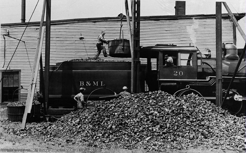 BML 20 taking on coal by the bucket