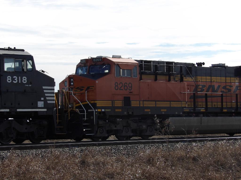 BNSF ES44C4 8269