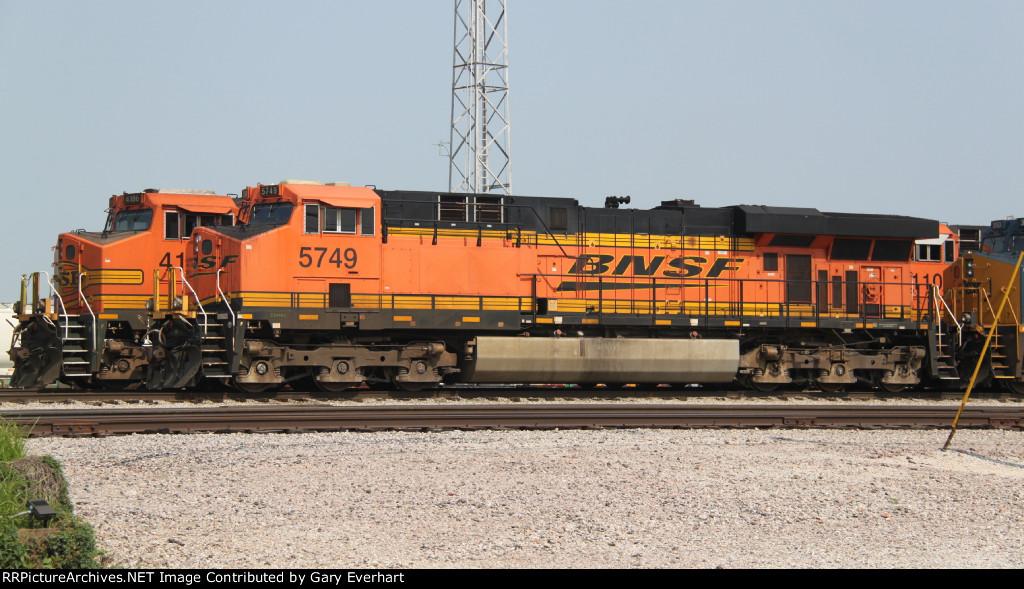 BNSF 5749 & 4186