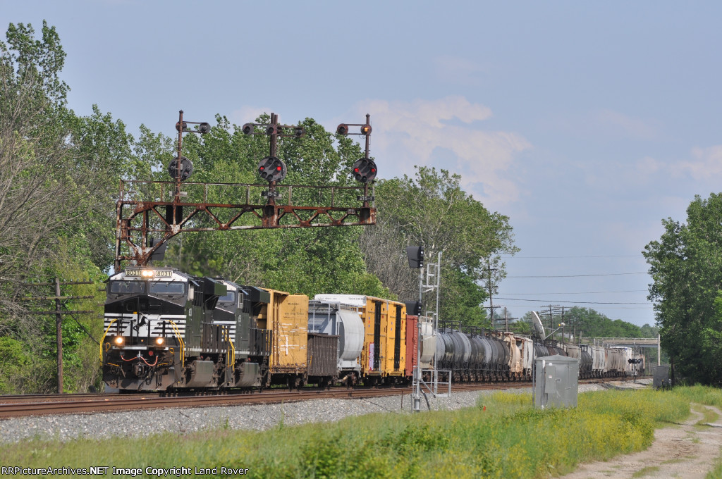 NS 8031 Horeses Style On NS 142  Northbound