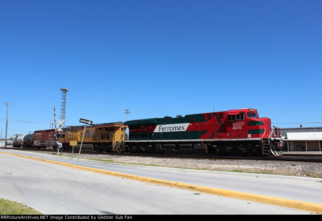 FXE 4687 leads a manifest into Englewood Yard