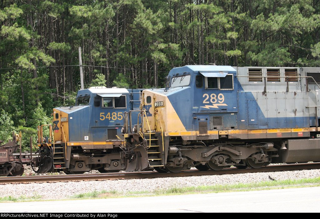 CSX 5485 passes as 289 waits for green
