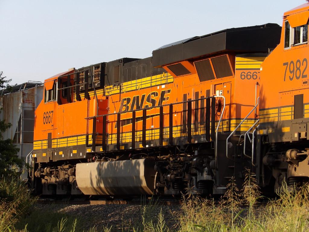 BNSF ES44C4 6667