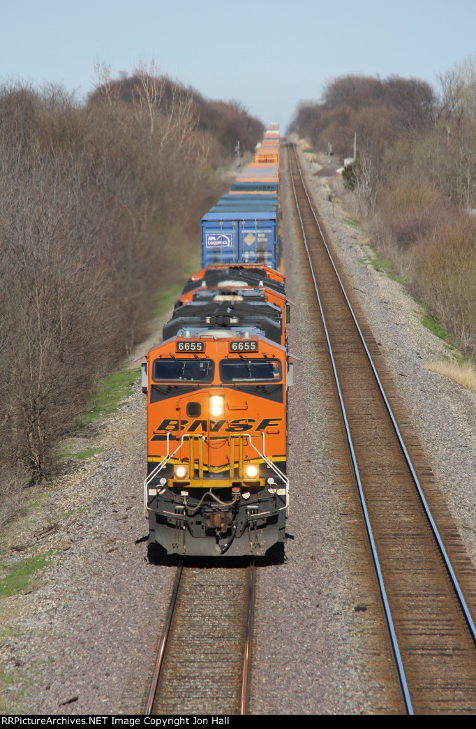 BNSF 6655 races west leading the Q-CXOLAC1 toward a crew change at Fort Madison