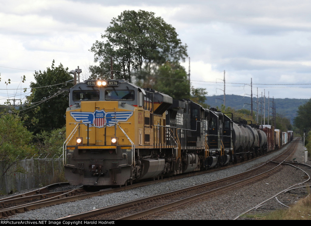 UP 8576 leads NS train 38G