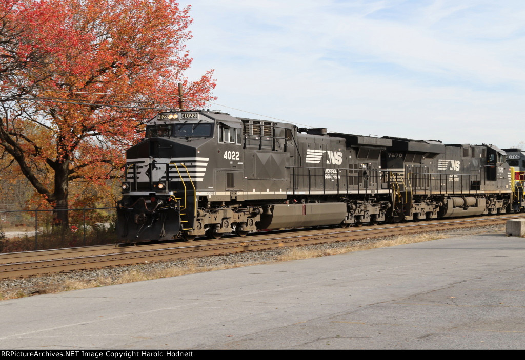 NS 4022 leads train 19G