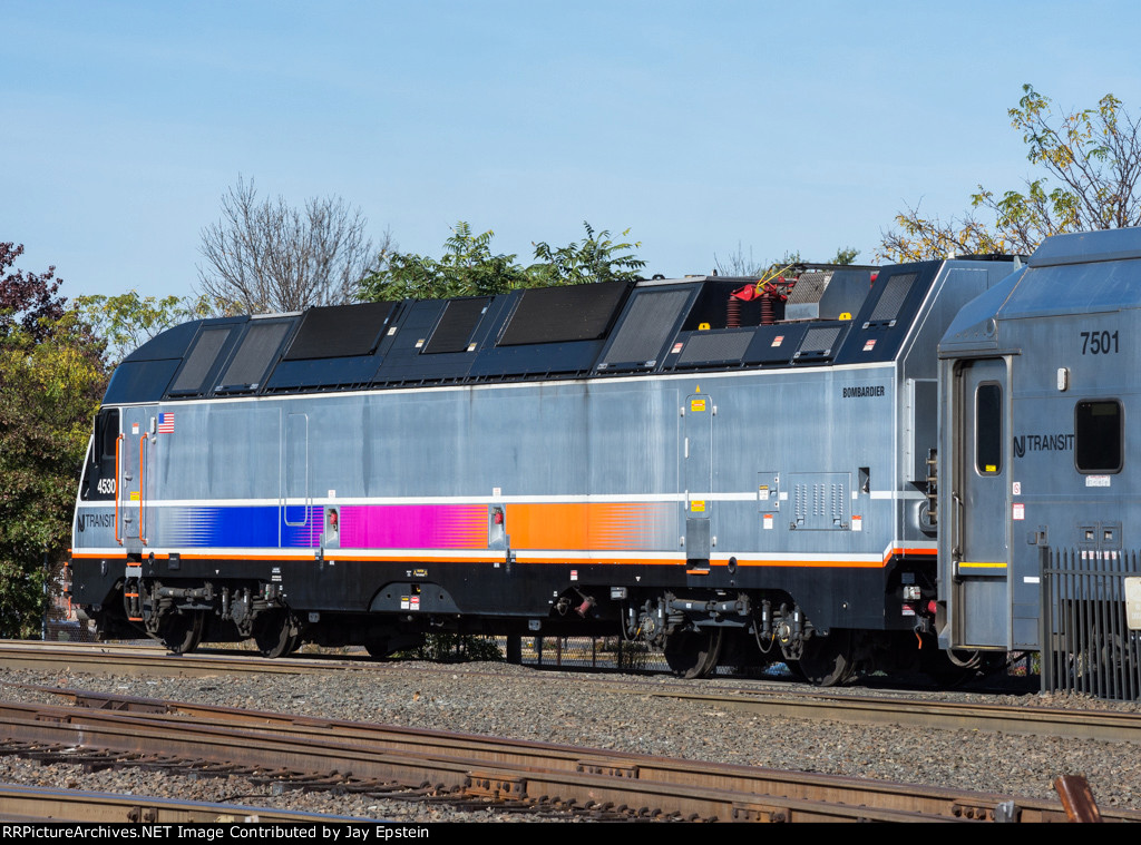 NJT 4530 is in charge of a westbound Raritan Valley Line Train