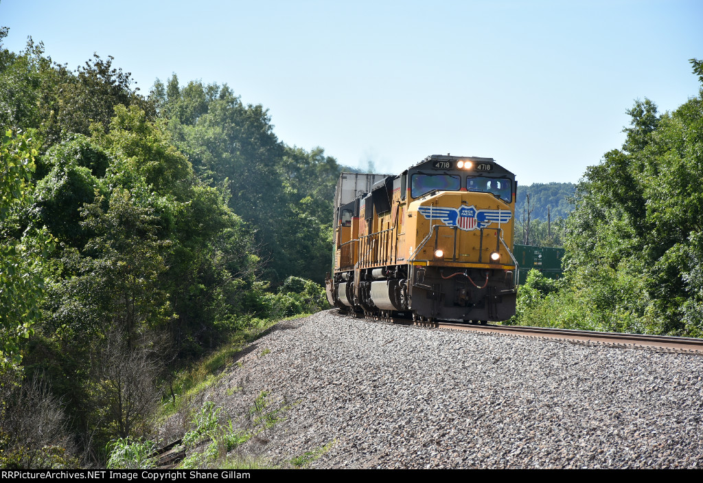 UP 4718 Races north with a stack in tow.