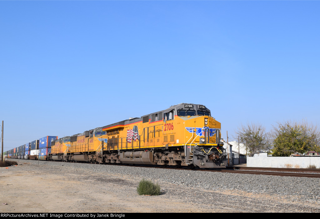 UP 2706 is southbound just outside of Calwa yard