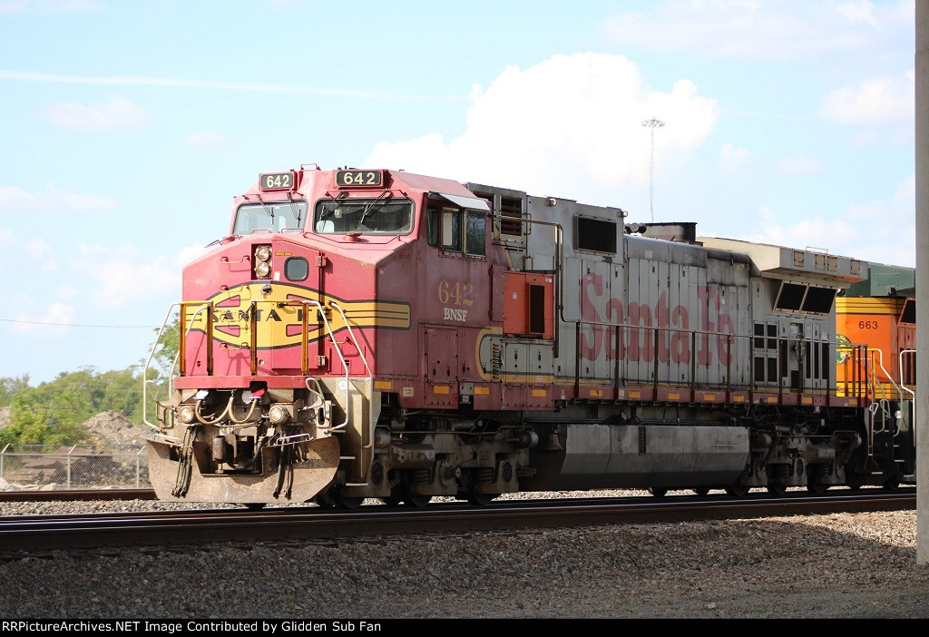 Pair of ex-ATSF Dash 9s lead the MPBBW-14 at Tower 87