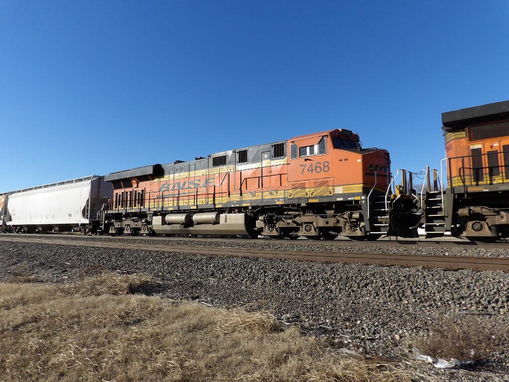 BNSF ES44DC 7468