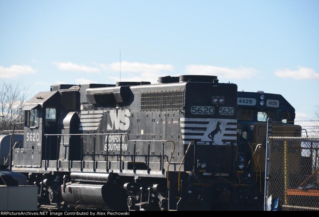 NS 5620 and CSX 4429