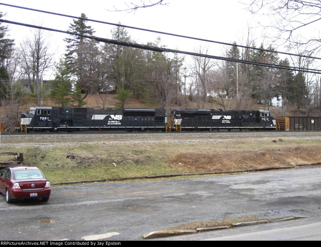 An SD80MAC and a GEVO pull a train off the RJ Corman lead