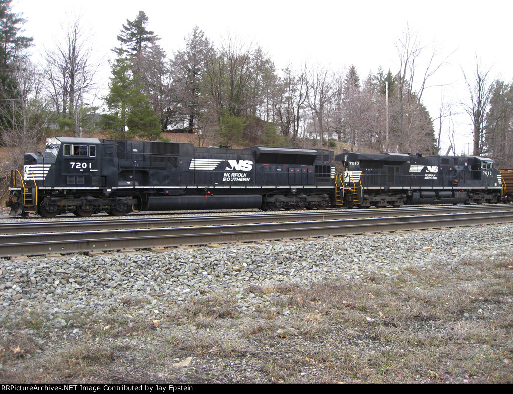 NS 7201 and a GEVO pull a train off the RJ Corman lead