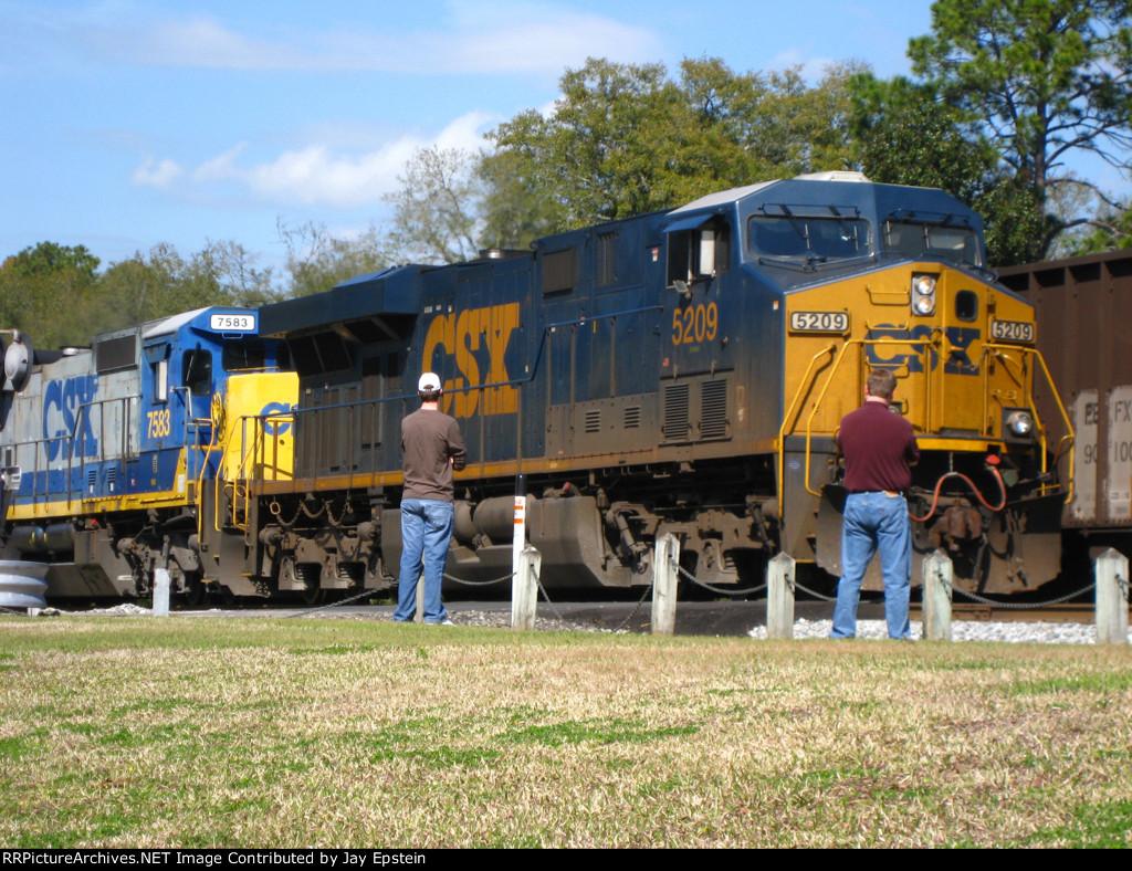CSX 5209 leads a train south past some railfans