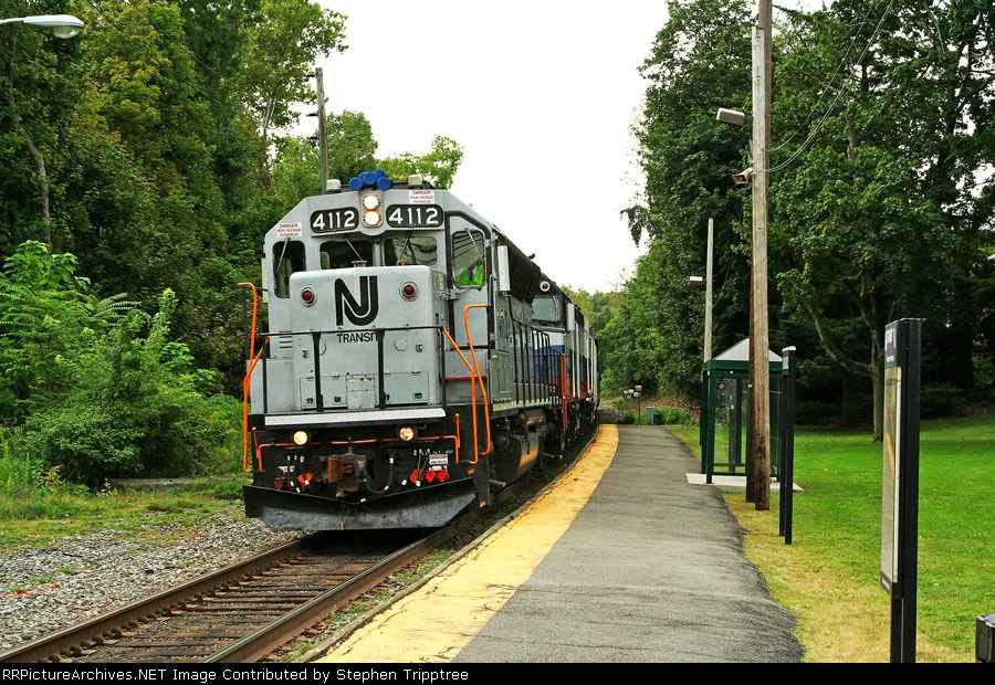 NJT 4112 and 2 Metro North F40's lead a MN OCS run west on the PVL.