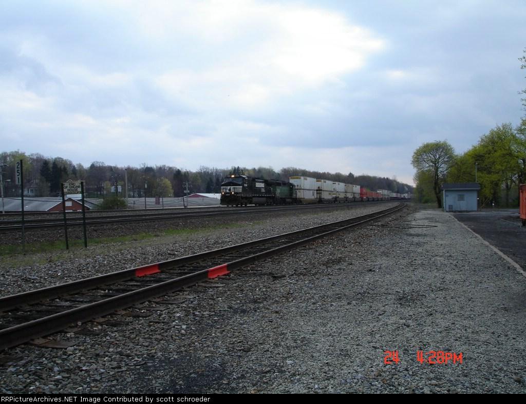 NS 9348 & BNSF 2918 head EB w/a COFC Train