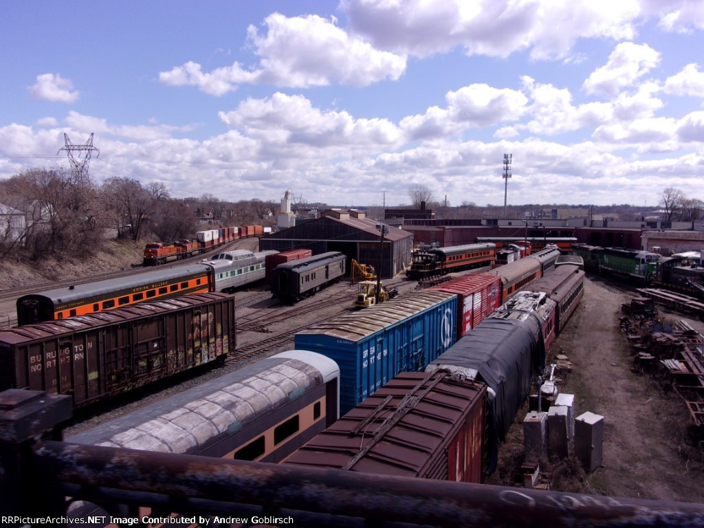 BNSF 7290 & 5182 pass Roundhouse