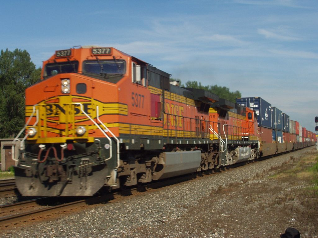 BNSF 5377 at track speed