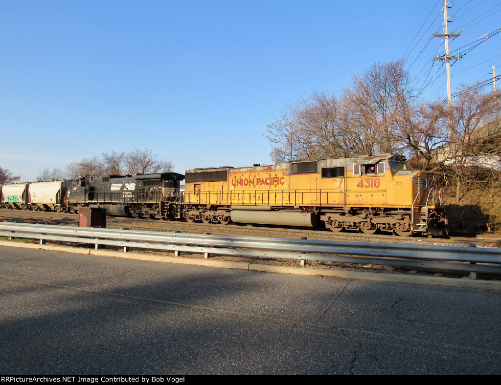 UP 4318 and NS 9817