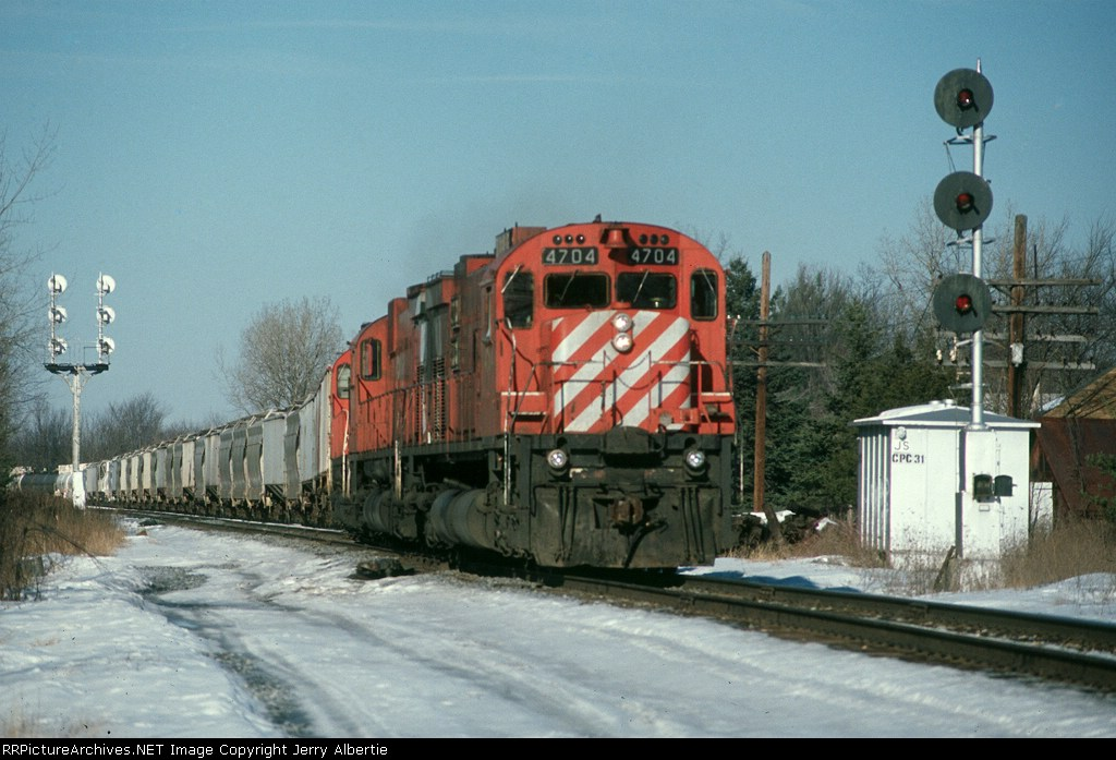 CP 4704 on train 556
