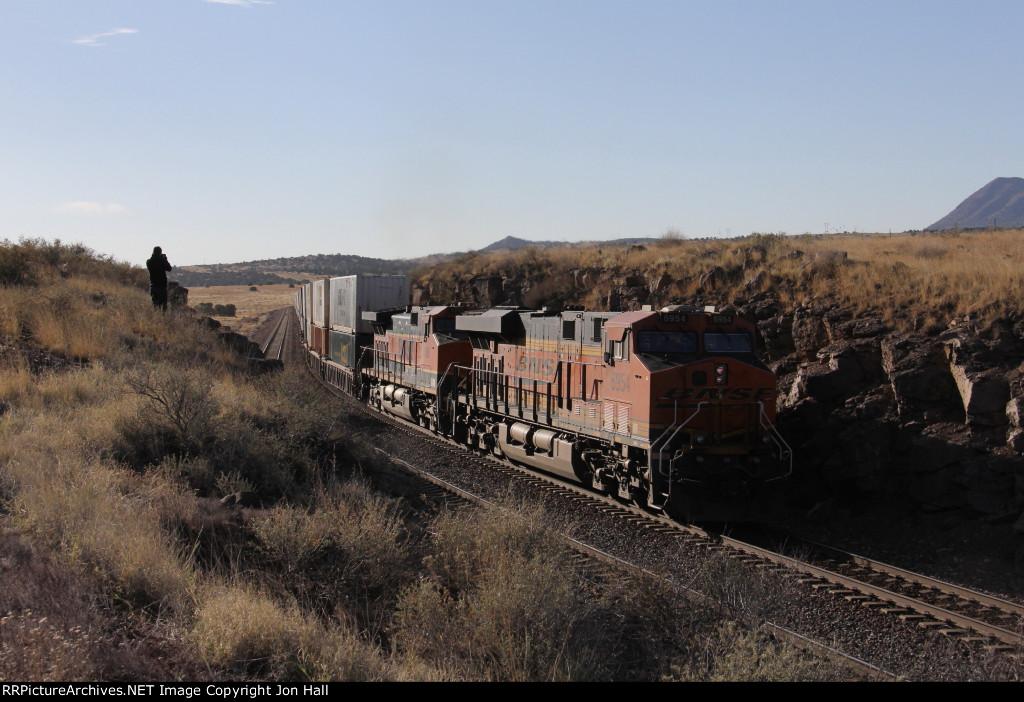BNSF 6954 & 1095 roll through the cut as Q-STOCHI6 heads away