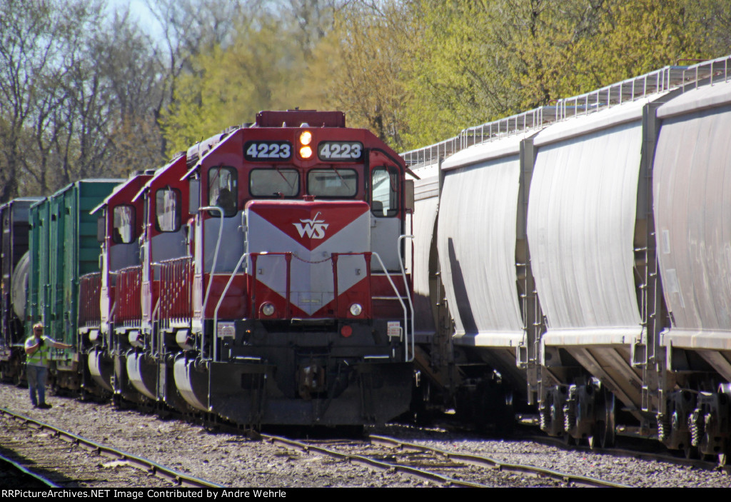 WAMX 4223 and company back down on a cut in the yard