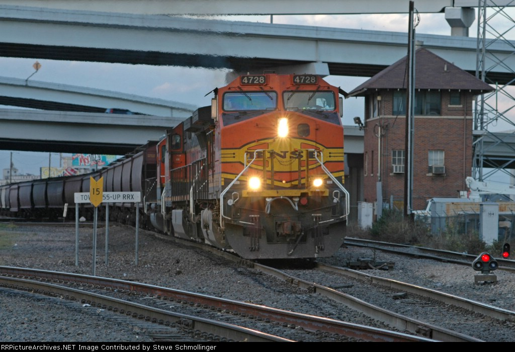 BNSF 4728 South at Tower 55