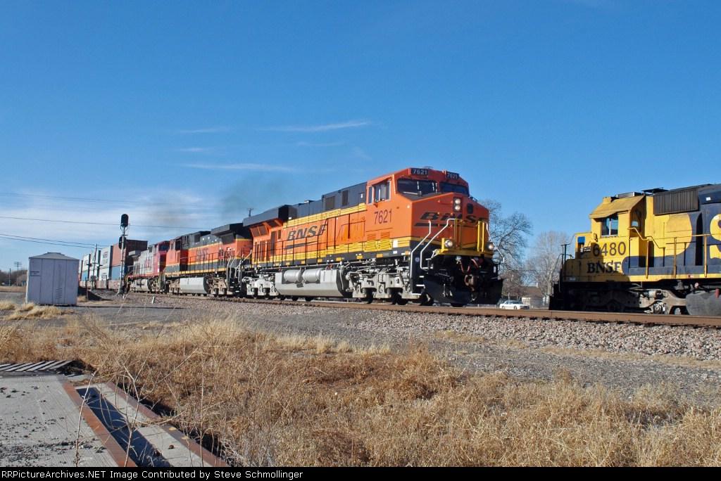 BNSF 7621 East meets rear helper in spur