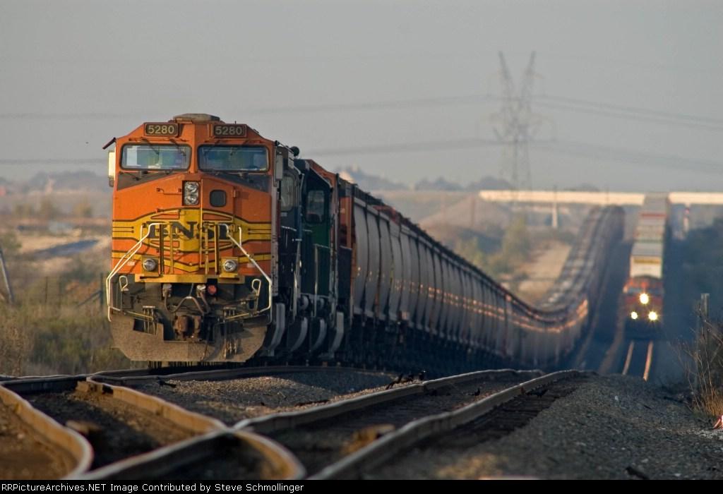 Stack train runs around BNSF 5280 South at Lake Wanda