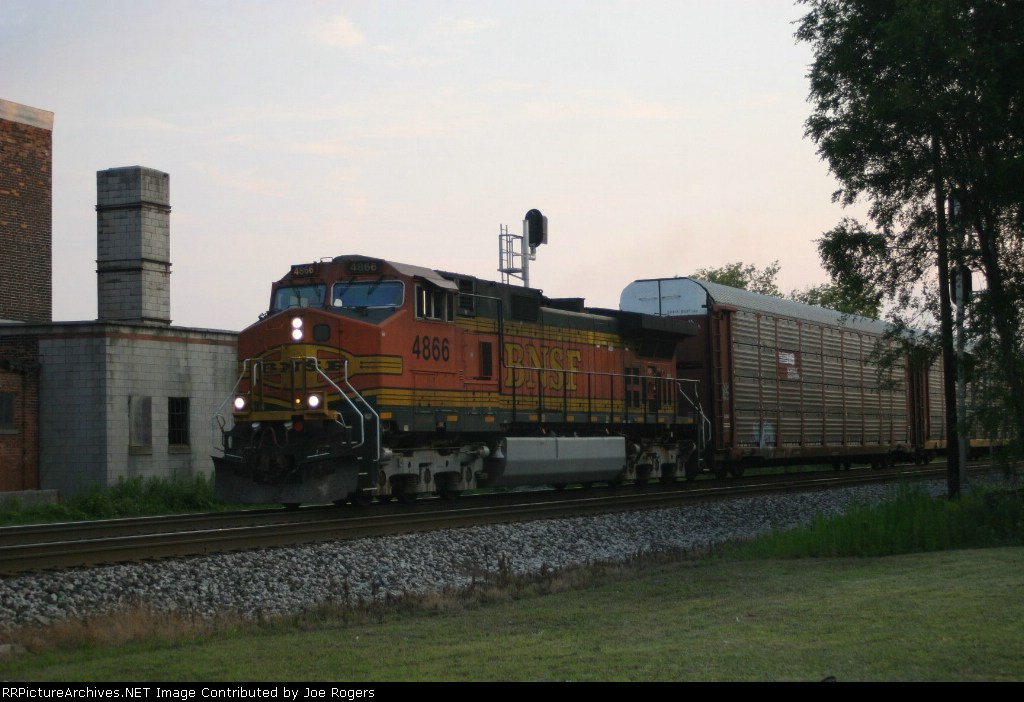 BNSF 4866 heads to the Ford mixing center