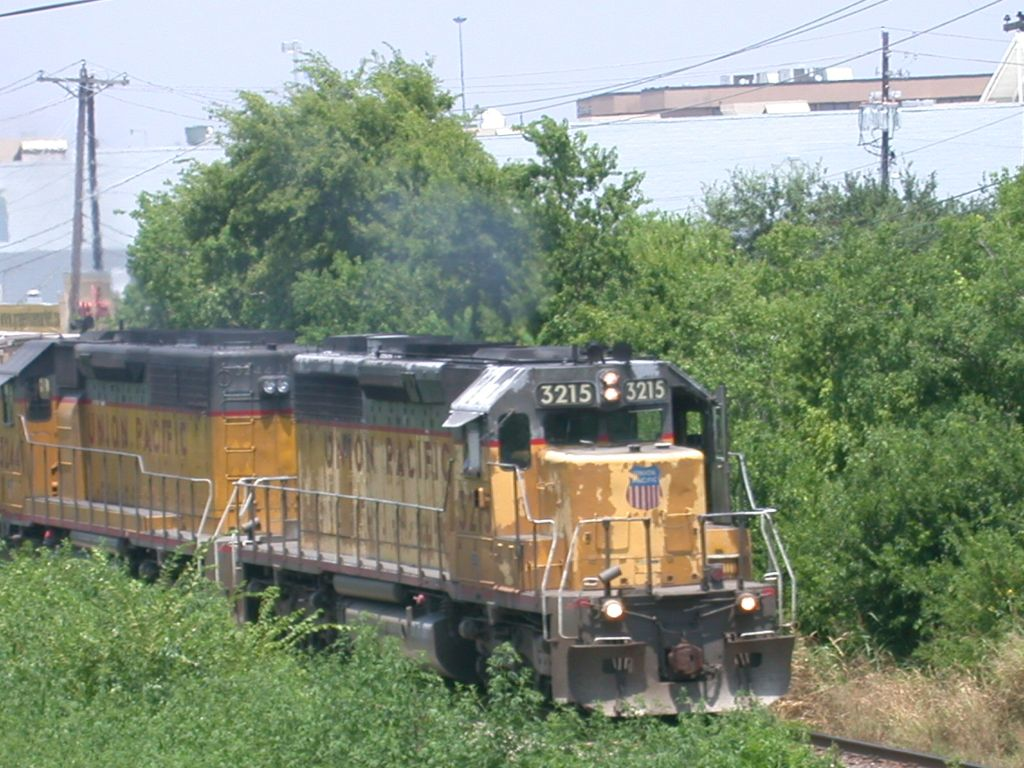 UP 3215  3Aug2004  SB approaching SNEED (Anderson Lane)