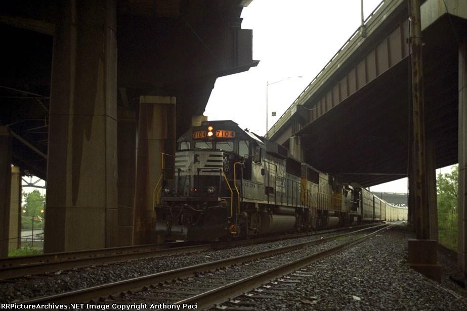 NS 7104 stopped at Karny
