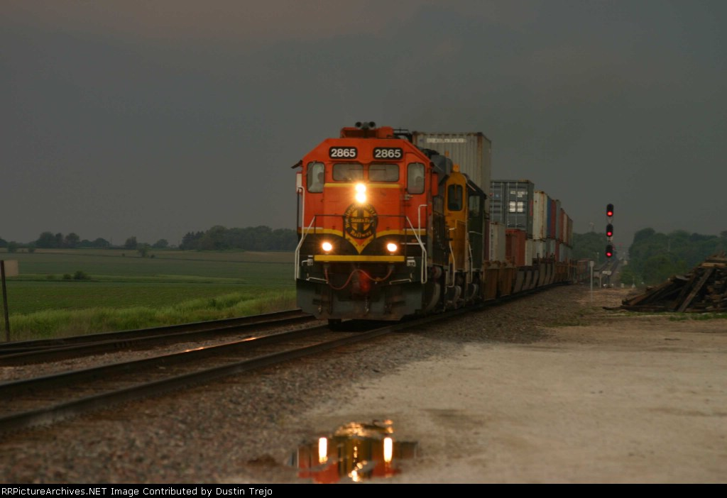 BNSF 2865 approaches before a spring storm
