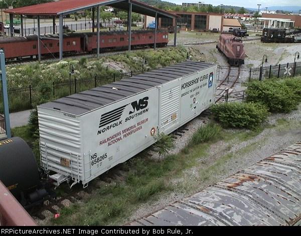 NS Horseshoe Curve boxcar  #658265